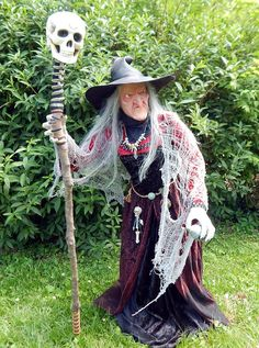 Nightfishers witch with new face and pose (from Halloween Forum) brujas halloween ideas Outdoor Halloween, Cool Halloween Costumes, Diy Halloween Decorations, Vintage Halloween, Halloween Diy, Witch Costumes, Halloween Witches, Halloween Forum, Halloween Stuff