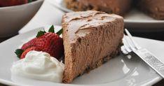 A Baileys Irish Cream Cheesecake that is sure to wow. This Chocolate Baileys Irish Cream Cheesecake serves 12 lucky people. Baileys Cheesecake, Chocolate Cheesecake, Cheesecake Recipes, Dessert Recipes, Dinner Recipes, Baileys Irish Cream, Easy Smoothie Recipes, Easy Smoothies, Healthy Recipes