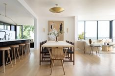 A renovated home in San Francisco features a pared-down colour scheme with places to eat, mingle and relax, designed by Los Angeles studio JDP Interiors. Green Furniture, Trendy Furniture, Furniture Plans, Green Street, Inspiration Design, Interior Inspiration, Pedastal Table, Mug Design, San Francisco Houses