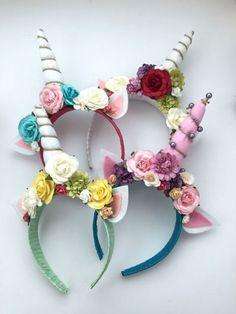 Quatro tiaras de unicórnio com flores em diferentes cores