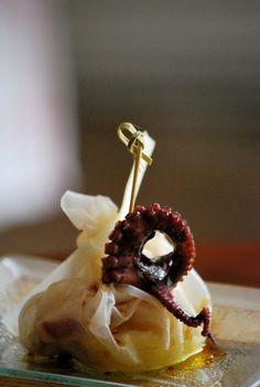 CHEZ SILVIA: Pintxo camuflado de vieiras con cebolla caramelizada, patata y pulpo con vinagreta de miel y pimentón