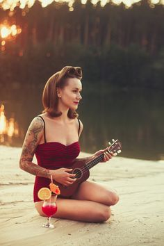 Pop Culture And Fashion Magic: Pin up girls and pin up tattoos – a short history Ukulele Tattoo, Tattoo Music, Tattoo Girls, Girl Tattoos, Rockabilly Fashion, Retro Fashion, Rockabilly Style, Pin Up Girls, Pin Up Tattoos