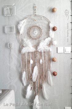 Cet attrape-rêves, porte-bonheur au gré du cœur, est une décoration d'intérieur. Un très bel ornement pour agrémenter l'ambiance d'un lieu en guise de décoration murale, originale et unique, en toute occasion. Pour un anniversaire, un mariage, une pendaison de crémaillère, des festivités diverses et variées au gré de l'envie du moment.