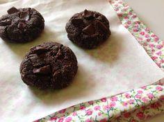 cookies de cacau 1 xícara de farinha de amêndoas* 2 col. de sopa de manteiga, ghee ou óleo de coco 1 ovo 1/4 de xícara de cacau em pó Funcionallis, da Jasmine 1 col. de sopa de essência ou extrato de baunilha (receita aqui) 1 pitada generosa de canela em pó 1 col. de chá de mel Castanhas, nozes ou chocolate amargo ou meio amargo picado (usei chocolate)