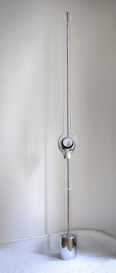 Angelo LELLI Rare lampadaire Filosfera modèle 14069 à structure en acier chromé maintenant deux sections de câble tendu. Un support aimanté, sur lequel repose le réflecteur, permet l'orientation de l'ampoule dans n'importe quelle direction. Edité par Arredoluce vers 1970. Dimensions (cm): H 212 / L 15 / P 16