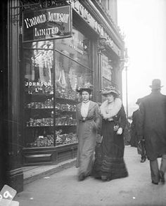 vintage everyday: Street Scenes in Ireland from between Grafton Street. The history that these streets have seen. Old Pictures, Old Photos, Vintage Photographs, Vintage Photos, Interior Bohemio, Grafton Street, Dublin Ireland, Historical Photos, Victorian