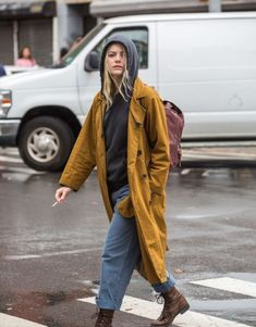 Emma Stone just dazzled in our favourite Givenchy Pre-Spring dress - Street Style Outfits Hipster Grunge, Emma Stone Outfit, Emma Stone Casual, Emma Stone Street Style, Brooklyn Street Style, Mode Style, Style Me, Goth Outfit, Street Style Vintage