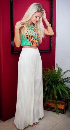 2f1296fc24 A combinação de cropped com saia longa junta duas tendências incríveis que  não dá para faltar no guarda roupa da mulher moderna. A saia seja ela mais  curta