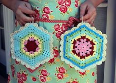 JuleeQue's Climbing Trellis Potholders Ravelry: JuleeQue's Climbing Trellis Hexagon Potholder - free pattern by Allison Baker - (found via Minky Tinky Tiger) Crochet Potholder Patterns, Crochet Dishcloths, Crochet Blocks, Crochet Squares, Crochet Motif, Knitting Patterns, Knitting Tutorials, Crochet Granny, Granny Squares