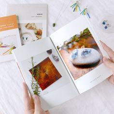 1つ1つ真心込めたハンドメイド作品を、1冊の作品集・ポートフォリオに。 SNSやオンラインショップにアップしているたくさんの写真が、手に取れる本にまとまると感慨もひとしお。発信型のハンドメイドライフが楽しくなります。 基本の4つのポイントと、こだわりの1冊を作るときのヒントをご紹介します。 #handmade #ハンドメイド #手作り #アクセサリー #accessory #ハンドメイドアクセサリー #BIWAK #yaei #フォトブック #フォトアルバム #TOLOT #photobook #try