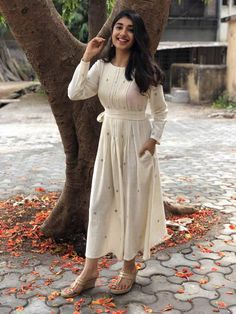 A mix of pleasant aesthetics and everyday comfort, this simplistic, easy breezy kurta is a must have for your daily wear ward robe. Cotton Long Dress, Cotton Dresses, Cotton Dress Indian, Simple Casual Outfits, Casual Dresses, Western Dresses For Girl, Casual Indian Fashion, Women's Fashion, Casual Frocks