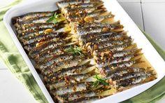 """Η """"ταπεινή""""σαρδέλα ,ένα ψάρι ιδιαίτερα θρεπτικό,νόστιμο, πλούσιο σε ωμέγα-3 λιπαρά οξέα, βιταμίνη D και B12 και πρωτεΐνες και έχει πολύ χαμηλά ποσοστά επιμόλυνσης από υδράργυρο. τηςΝΕΝΑ ΙΣΜΥΡΝΟΓΛΟΥ Προετοιμασία:30′ /Ψήσιμο:15′ Υλικά (για 4 άτομα) 1 κιλό σαρδέλες, καθαρισμένες Για την κρούστα 2 σκελίδες σκόρδου, ψιλοκομμένες 1½ κουτ. σούπας μουστάρδα, πικάντικη 2 κουτ. σούπας χυμός λεμονιού 2 … Cod Fish Recipes, Seafood Recipes, Cookbook Recipes, Cooking Recipes, The Kitchen Food Network, Healthy Recepies, Healthy Food, Greek Cooking, Weird Food"""