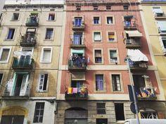 Barcelona 2015  널린 빨래를 보면 그 집마다 삶이 보인다. 여자 혼자 사는 집인지 아이가 있는지. 화려한 걸 좋아하는지 수수한지. 돈이 많은지 형편이 좋지 않은지. 깔끔한 성격인지 속옷도 며칠은 입고 빠는지. 남의 인생을 상상해보는 즐거움이 있는 바르셀로나였다.  #spain #ramblas #bcn #travel #trip #trippics #photo #lovespain #catalunia #travelgram #barcelona #바르셀로나 #바르셀로나여행 #까딸루냐 #유럽여행 #유럽스타그램 #낭만 #추억 #여행스타그램 #여행 #여행에미치다 #나홀로 #iphone #스페인 by dal_llee