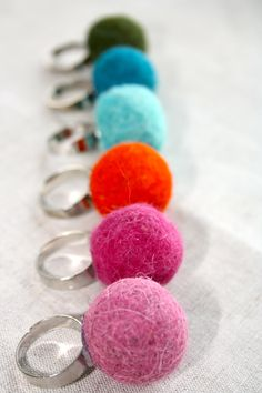 Anillos con bolas de fieltro Pom Pom Crafts, Felt Crafts, Cute Jewelry, Jewelry Crafts, Wet Felting Projects, Felt Headband, Felt Necklace, Felt Ball, Hobbies And Crafts