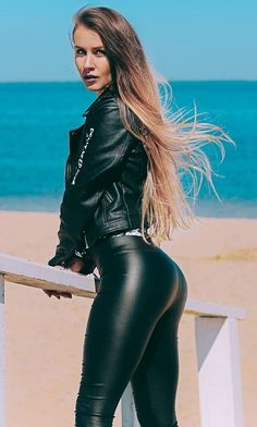 Leggings Mode, Shiny Leggings, Girls In Leggings, Leggings Fashion, Hot Goth Girls, Sexy Jeans, Sexy Outfits, Tight Leather Pants, Womens Fashion