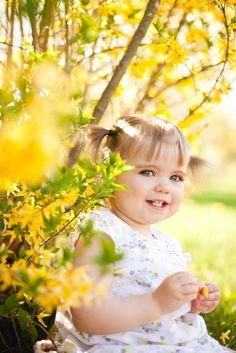 Toddler girl photo session outside with yellow tree | colimaciestudio.com | Colimacie Studio Photographe Sherbrooke