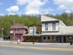 Chittenango, NY. If you love the Wizard of Oz, you'll love Chittenango. It's the birthplace of L. Frank Baum, the books author, and locals are very proud of their native son.  Chittenango is a village within the town of Sullivan, and its population is less than 6,000.  Each summer there's a three-day festival called Oz-Stravaganza to celebrate the author and the book. There's a parade and many community groups perform.