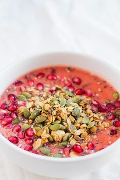 pomegrante mango smoothie bowl via @sobremesablog http://www.sobremesa-blog.com/blog/smoothie-bowls