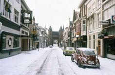 De Langestraat in de sneeuw, vanaf de Groenmarkt naar de Kamperbinnenpoort gezien.
