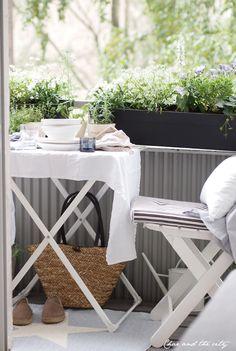 72 Smart Balcony Designs Ideas with Scandinavian - Daniela Mazzero - Dekoration - Design RatBalcony Plants tan Furniture Small Balcony Design, Small Balcony Decor, Porch And Balcony, Small Outdoor Spaces, Outdoor Balcony, Outdoor Decor, Balcony Ideas, Outdoor Life, Outdoor Living