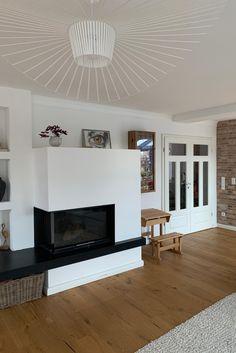 Im Wohnzimmer von Trinonella sind neue Stuckleisten an die Wände gekommen und werten ihr Scandi-Wohnzimmer rund um den Kamin so schön auf. Bauhaus, Boho Stil, Vintage Stil, Living Room, Space, Home Decor, Kitchen Black, Small Condo, Little Kitchen
