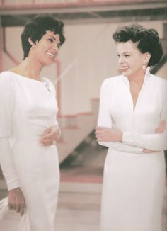 Lena Horne & Judy Garland on The Judy Garland Show, Oct. Old Hollywood Glam, Hollywood Icons, Hollywood Stars, Classic Hollywood, Judy Garland, Classic Beauty, Timeless Beauty, Iconic Beauty, Classic Tv