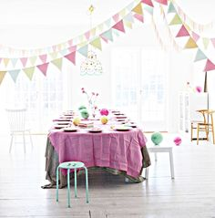 i adore this home..  napkin bunting by Mokkasin