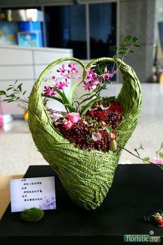 woven and glued leaves and grasses Art Floral, Floral Design, My Flower, Flower Art, Modern Flower Arrangements, Bouquet, Bridal Flowers, Ikebana, Flower Decorations