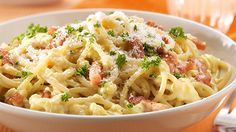 Dit spathetti carbonara recept is een echte klassieker in elk Italiaan restaurant en bij vele Vlaamse gezinnen. Vaak zie je dat als afwerking de eidooier in het midden van het gerecht wordt gepresenteerd. Ooit mooi, smaakt overheerlijk!