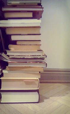 Kirjahyllyä odotellessa.