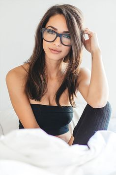 Urlaubsbilder und mehr, womenexcellence: Michele Maturo by martin-depict Cute Work Outfits, Casual Outfits, Wayfarer Ray Ban, Wayfarer Sunglasses, Girls With Glasses, Ladies Glasses, Geek Glasses, Poses, Dress Me Up