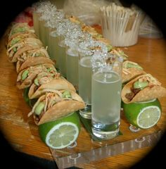 Mini fillet mignon tacos with margaritas Mini-Filet-Mignon-Tacos mit Margaritas Mini Appetizers, Appetizer Recipes, Snack Recipes, Cooking Recipes, Havanna Party, Tacos And Tequila, Cute Food, Yummy Food, Food Platters