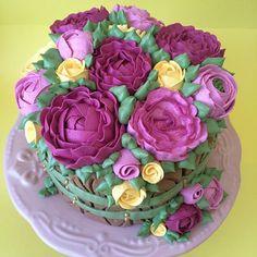 Mais um lindo bolo com Chantininho!!!❤️ #wiltoncakedecorating #wiltoncakes #wilton #confeitaria #confeitariaartistica #wiltoncakebrasil #wiltonclass #buttercream #buttercreamcake #buttercreamflowers #buttercreamroses #buttercreamflowercake #buttercreamlover #buttercreamlovers #cakedecoratorsofinstagram #cakedecorator #cakedesign #kursusbuttercream #buttercreamclass #buttercreamcourse #bakingcourse