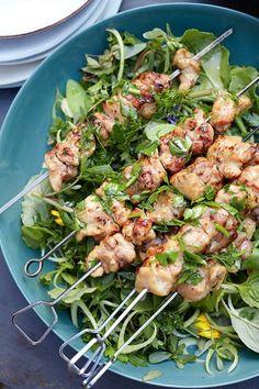 chicken skewers with fennel and rocket salad from donna hay magazine Frango Chicken, Clean Eating, Healthy Eating, Chicken Skewers, Salad Chicken, Grilled Chicken, Cooking Recipes, Healthy Recipes, Gourmet