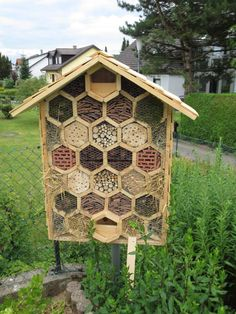 How to Build a Insect Hotel, an insectshot … - All For Backyard Ideas Bug Hotel, Bee House, Outdoor Life, Permaculture, Hydroponics, Farm Life, Garden Projects, Bird Houses, Garden Inspiration