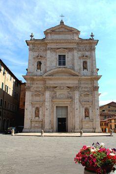 La facciata della Basilica di Santa Maria in Provenzano. Foto del Tesoro di Siena.