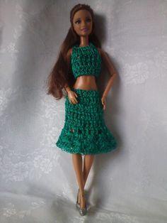 ROUPAS DA BARBIE DE CROCHÊ Barbie Gowns, Barbie Dress, Pink Dress, Barbie Paper Dolls, Crochet Barbie Clothes, Barbie Patterns, Crochet Videos, Crochet Fashion, Diy Clothes