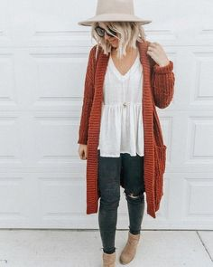fall denim outfit with cardigan Cardigan Outfits, Denim Outfit, Cardigan Sweaters, Dress Outfits, Trendy Outfits, Fashion Outfits, Womens Fashion, Fashion Trends, Work Outfits