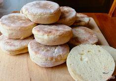 Ha nincs otthon kenyér, akkor nem árt, ha van kéznél pár egyszerű hozzávaló, hogy tudjunk alternatív megoldással szolgálni. Szerencsére ehhez csak liszt, kefir, tojás, egy kevés só, bors és szódabikarbóna kell. A tészta nagyon gyorsan összeállítható, majd a kész tésztát kinyújtjuk, kiszaggatjuk, serpenyőben pedig készre sütjük. Kenyér helyett is tökéletes, de pompás kiegészítő pl. salátákhoz. Szerző: Triniti New Recipes, Healthy Recipes, Home Baking, Keto Bread, Rolls Recipe, Food Art, Bakery, Food And Drink, Meals