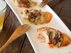 """「おつまみ」から「デザート」まで、 とっておきのレシピをお届けする「キリンレシピノート」。""""カンタン・おいしい・楽しい!""""をテーマに、さまざまなシーンにあわせたレシピが満載!「鮭ときのこのピザ風オーブン焼き」のレシピをご紹介します。"""