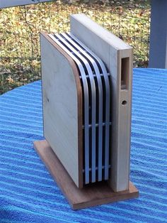 Inspired by the streamline, machine age aesthetic, Jeffrey Stephenson's handmade computers made of mahogany and aluminum are a sight to behold. Custom Computer Case, Best Pc, Workshop Design, Custom Pc, Pc Cases, Computer Hardware, Gadget, Arcade, Wood Projects