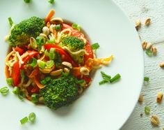 Leckere Thai-Pfanne mit Erdnussbuttersoße Mii Nudeln und viel leckeren Gemüse.