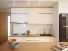 A home built on Muji philosophy is about minimalism in design and quality in living. Here, we take a look at 20 design executions that focus on the design adage of Muji inspired homes. Interior Modern, Interior Simple, Japanese Interior, Kitchen Interior, Kitchen Decor, Diy Kitchen, Interior Design, Korean Apartment, Japanese Apartment