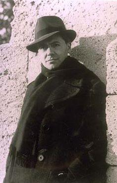Jean Moulin, qui a unifié la Résistance française dans WW2, est l'un des plus grands héros en France, peut-être supplantant même Jeanne d'Arc.