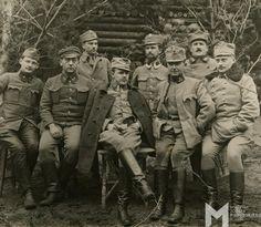 """Grupa legionistów w charakterystycznych rogatywkach """"kompromisówkach"""" noszonych w II Brygadzie, 1915-1917"""