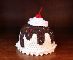 Awwww, an ice cream sundae baby beanie. Crochet Cupcake, Crochet Food, Crochet Baby Beanie, Crochet Hats, Knitted Beanies, Crochet Costumes, Crochet Birds, Crochet Bear, Cotton Crochet