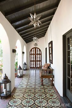 Mix and Chic: A beautifully layered and charming Spanish Colonial Revival. - Mix and Chic: A beautifully layered and charming Spanish Colonial Revival. Spanish Colonial Homes, Spanish Style Homes, Spanish Style Interiors, Spanish Revival Home, Colonial Kitchen, Spanish House Design, Renaissance Espagnole, Style Hacienda, Spanish Style Bathrooms