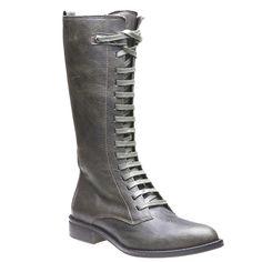 Vyšší kotníčková obuv na šněrování ke kolenům s poutkem v zadní části boty pro snadné obutí. Praktické a stylové pro sezónu podzim-zima.