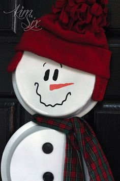 How to make an adorable snowman out of a pizza pan, cake pan and pie plate from the dollar store. Snowman Hat, Cute Snowman, Snowman Crafts, Christmas Snowman, Christmas Crafts, Snowman Wreath, Christmas Decorations, Christmas Trees, Gingerbread Decorations
