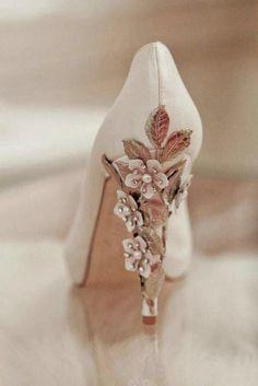 Décolleté sposa con tacco particolare decorato con fiori e pietre